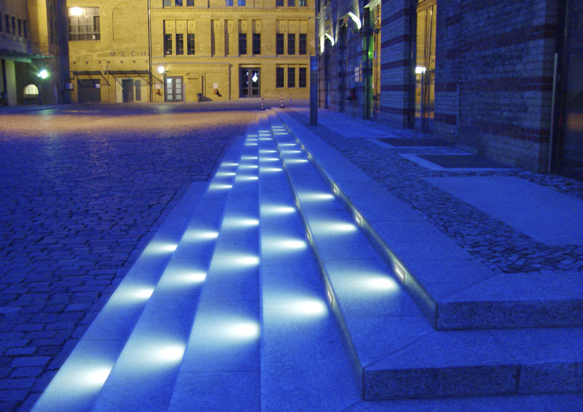 In white or Varychrome, with maintenancefree LED technology: The Axis Walklight provides glarefree, attractive lighting of steps or pathways.