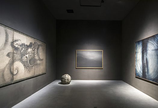 Almost black walls in some rooms create a contemplative atmosphere that supports a more intense observation of the art. Just a few spotlights are sufficient to precisely illuminate the displayed works of art from east and west. The Japanese Zen painting (left) from the 16th century, for example, is highlighted with just a single Parscan spotlight with an installed load of 12W and oval flood distribution; the spherical bronze 'Natura' sculpture by Lucio Fontana is illuminated with one Parscan spotlight with narrow spot distribution, and the other paintings with flood or wide flood distribution.