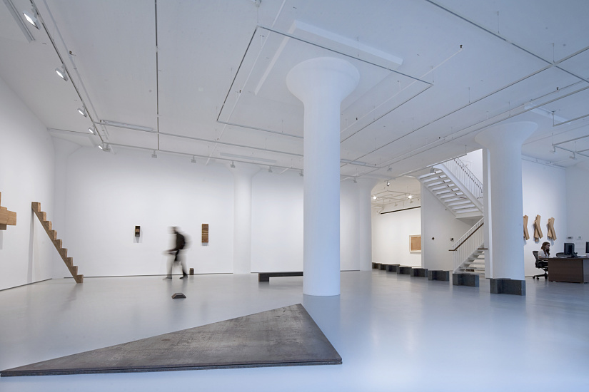 Wallwashing with Spherolit lenses emphasizes the spatial surroundings and simultaneously brings the artworks in the Fergus McGaeffrey Gallery, New York into a single unit. Photographer: Edgar Zippel.