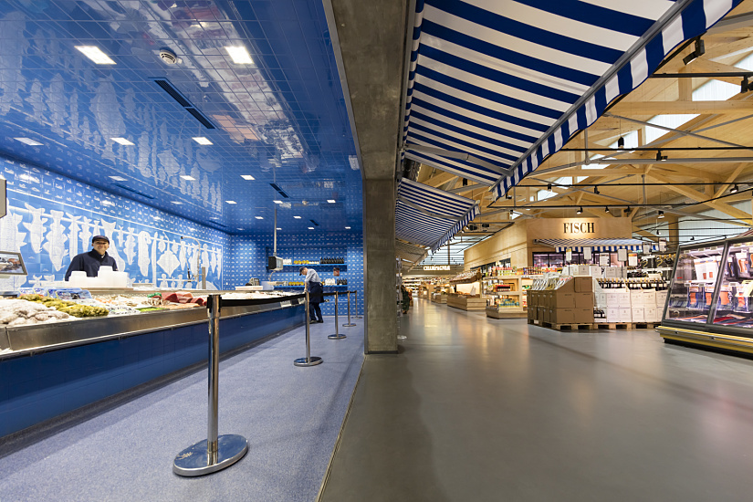 Play of contrasts: Whereas most of the store is illuminated with 3000K, the area around the fish counter, which is located in a niche at one side, is equipped with Quadra in neutral white (4000K), giving the fine fish and seafood products in this section a fresh and appetising appearance.