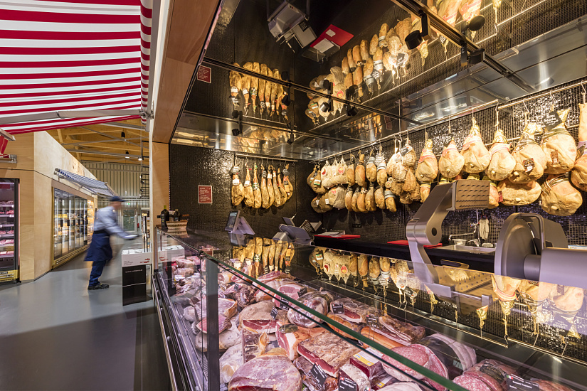 At 3000K, the ERCO Optec spotlights illuminating the ham counter demonstrate that warm white light optimally displays the quality of the food.