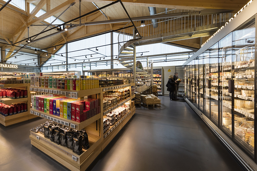 The goods and products in the nearly 1,000-square-metre store are masterfully presented using just one range of spotlights – Optec in 6W narrow spot and 19W spot, flood and wide flood light distribution.