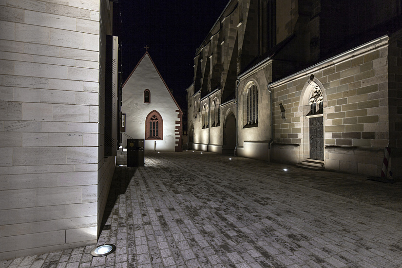 The buildings are illuminated from the ground. An emphasis is placed on striking architectural elements with the new constructions, whereas surfaces are highlighted with the historic buildings.