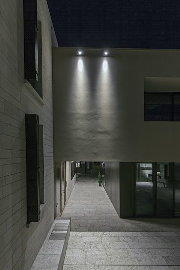 The ERCO LED lens system enables the light to be precisely directed. Here a building underpass highlighted with two spots can be clearly recognised from afar.