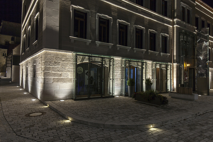 ERCO orientation luminaires feature high quality of light for guidance and orientation. The visibility of the historic cobblestone steps is also improved.