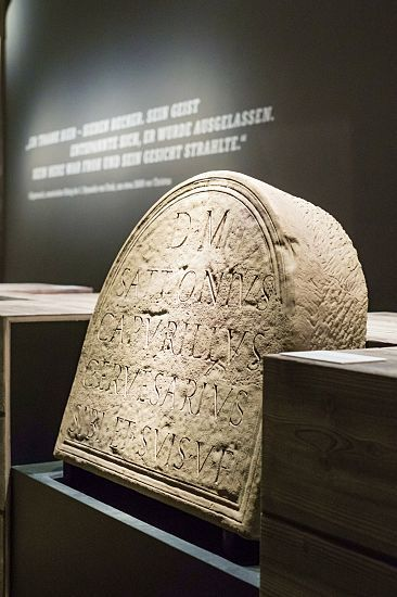 In the entrance area, visitors become acquainted with ancient brewing culture. Brilliant LED light from Light Board spotlights models an inscription on the gravestone of a Roman beer brewer.