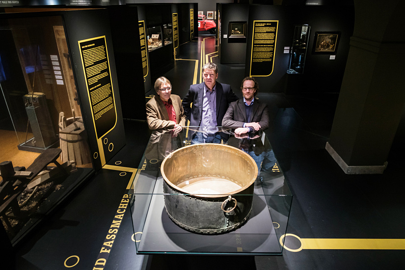 The curator Dr. Ralf Wiechmann from the Museum für Hamburgische Geschichte and the two exhibition designers from IIID brand communication, Volker von Baczko and Oliver Thomas (from left) in front of an 18th century brewing kettle.