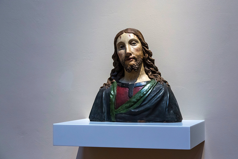 Even less prominent objects draw interest thanks to coherent lighting that emphasises aspects such as the face of Christ.