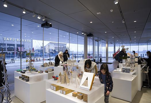 The sales areas of the museum shop situated on the transparently designed ground floor are ideally accentuated by Parscan spotlights. With nine light distributions, the range of luminaires provides high flexibility for the needs of changing product displays.