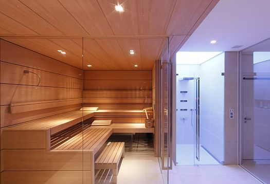 Warm/cold contrast: Synaesthesia between lighting, materials and sense of temperature is used in the wellness area. Despite its transparent walls, the sauna is set off from the wet area on several sensory levels.