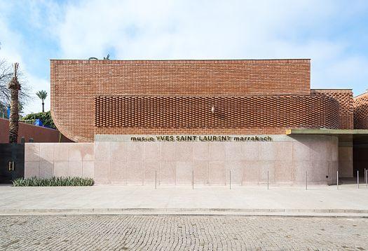 Le duo d'architectes de Studio KO a conçu un musée sur mesure pour abriter les modèles haute couture d'Yves Saint Laurent, un bâtiment aussi fluide et complexe que les créations du couturier. Les différents motifs de pose des briques égaient la façade sans fenêtres en formant des structures qui rappellent la chaîne et la trame d'une étoffe et créent un complexe jeu d'ombres sous le soleil marocain.