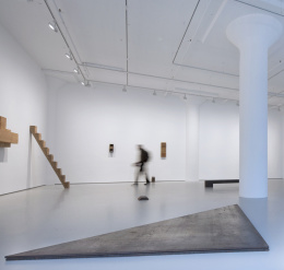 Tentoonstelling over Richard Nonas en Donald Judd in Galerie Fergus McCaffrey, New York